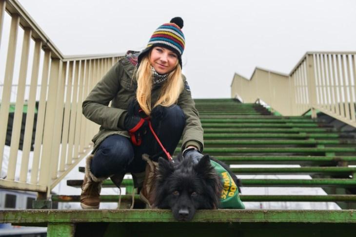 Fotografia portretowa Anny Guzik z psem.