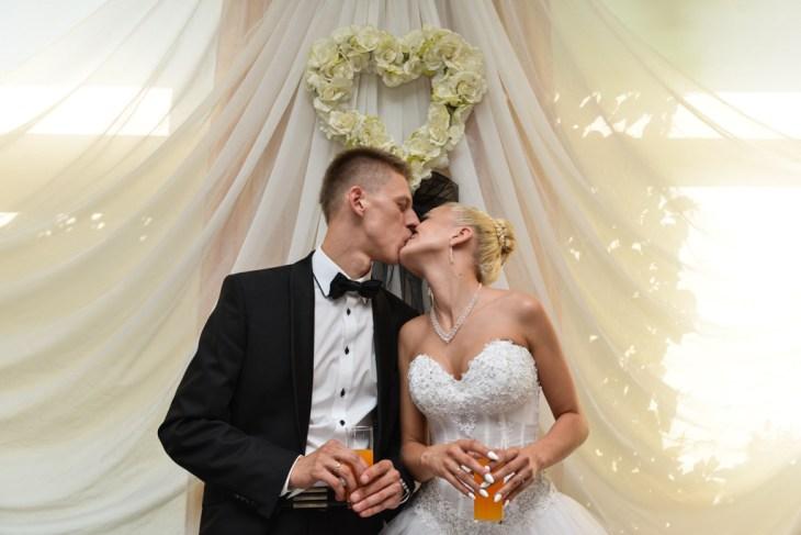 Pocałunek pary młodej podczas ich ślubu. Bielsko-Biała, Janowice, Czechowice-Dziedzice