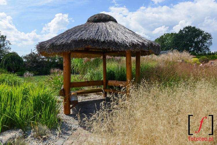 Słomiana altanka wśród traw