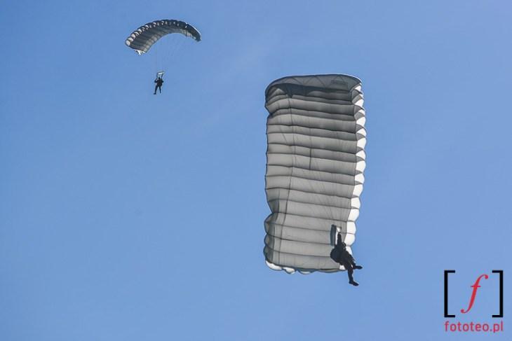 Ladujacy bielscy spadochroniarze