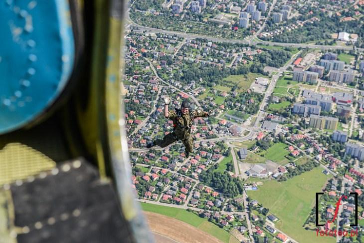 Skok spadochronowy nadBielskiem. fotograf lotniczy