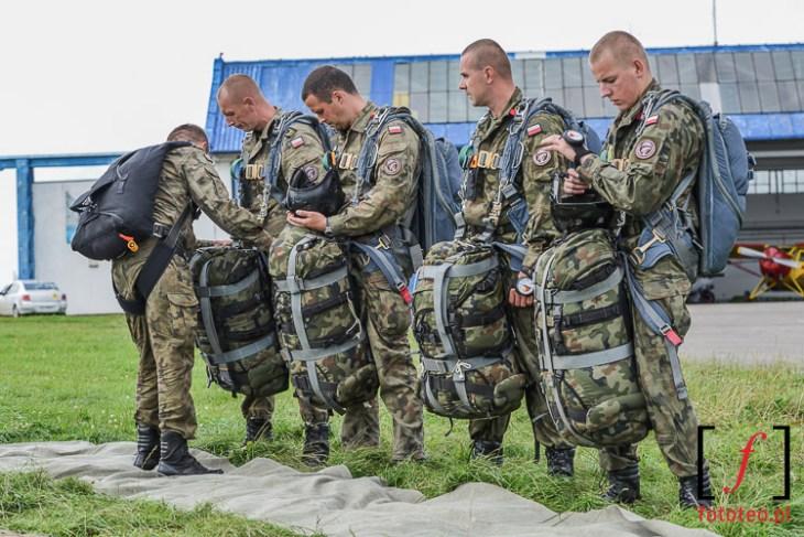 Żołnierze przedskokiem spadochronowym