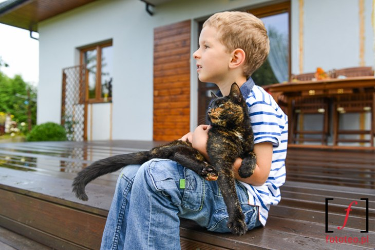 Dziecko z kotem zdjecie