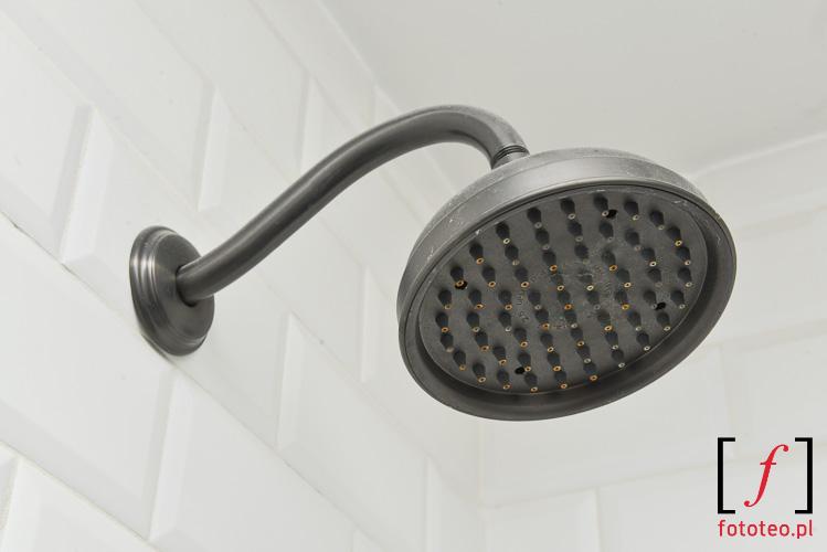 prysznic w rustykalnym stylu