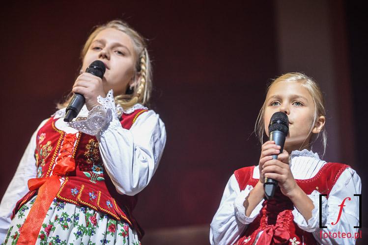 Dzieci spiewaja koledy podczas koncertu Golec uOrkiestra