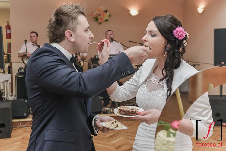 Jedzenie tortu weselnego