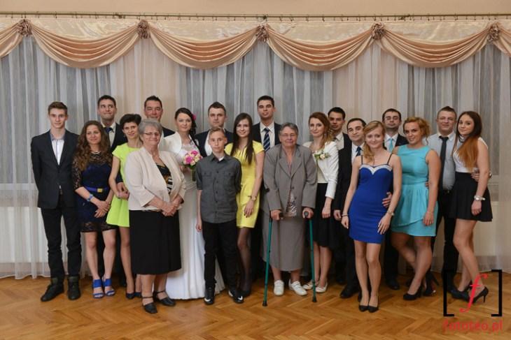 Zdjecie grupowe na weselu