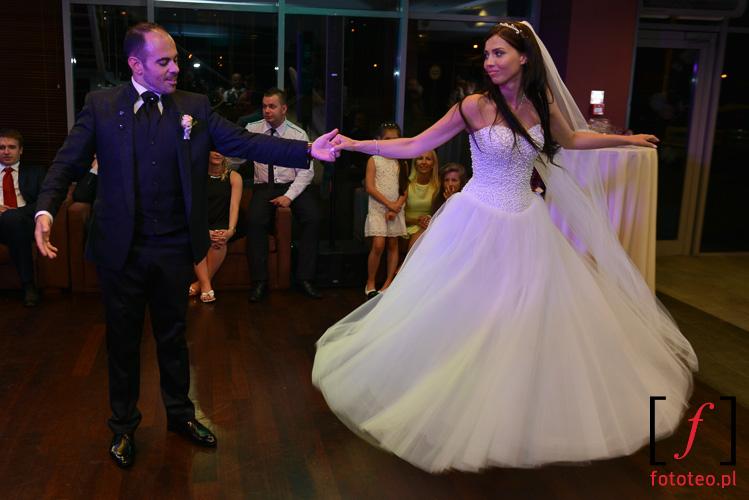 Para mloda tanczy podczas wesela
