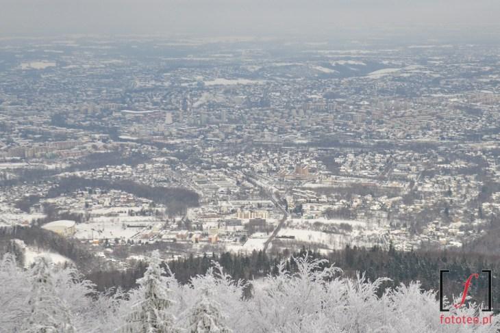Widok na zimowe Bielsko z wieży widokowej na Szyndzielni