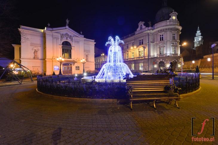 Plac przed Teatrem Polskim i Pocztą.