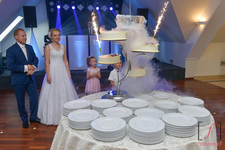 Tort weselny w oprawie suchego lodu i zimnych ogni