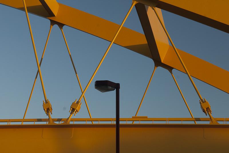 Gele Brug met lantaarnpaal