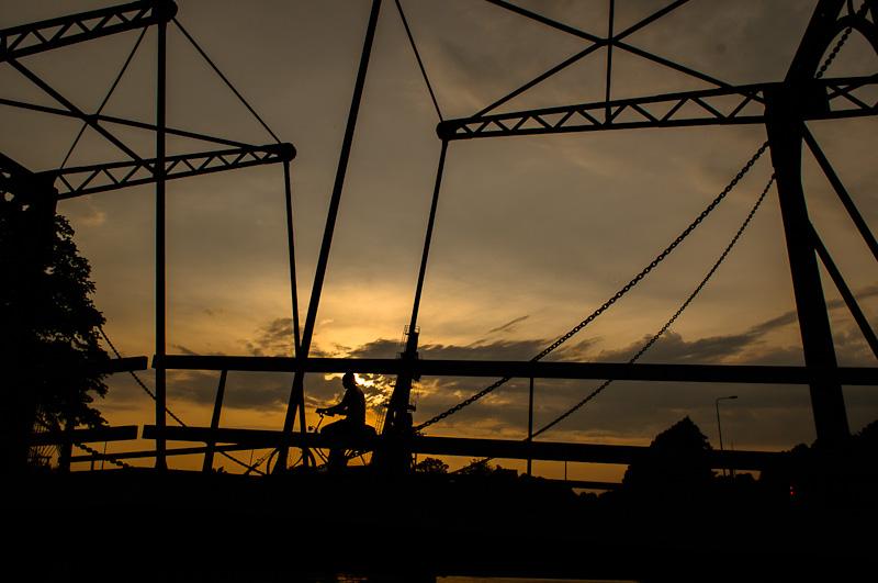 Groene brug bij Muntsluis in tegenlicht
