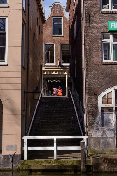 Doorkijkje naar Lijnmarkt vanaf Oudegracht