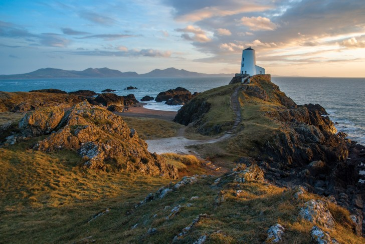 February sunset at Twr Mawr lighthouse, Llanddwyn Island, Anglesey. Samsung GX10, Sigma 17-70 at 19mm, 1/6 sec @ f/16, ISO 200, tripod. © Simon Kitchin