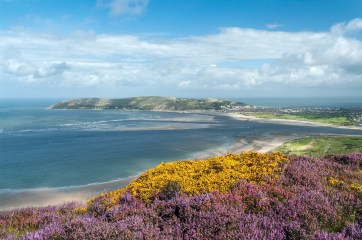 Conwy Mountain. Fine views and a carpet of colour in August. Pentax K20D, DA17-70 at 23mm, 1/60 sec @ f/14, ISO 400. © Simon Kitchin