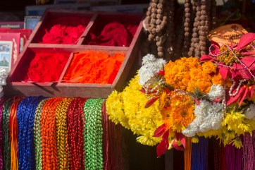 Kathmandu Colour at Pashupatinath Hindu temple. Canon 5D MkIII, 70-300mm at 140mm, ISO 100, 1/250 sec at f/8. © Stuart Holmes.