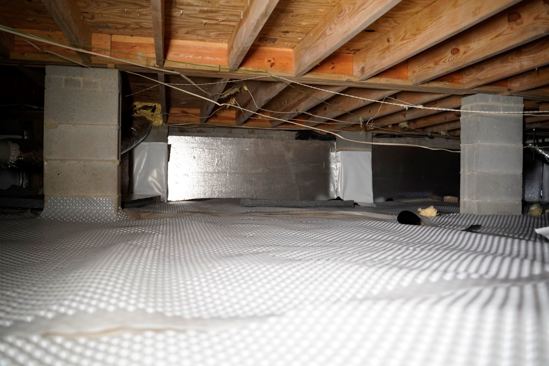 Crawl space with vapor barrier