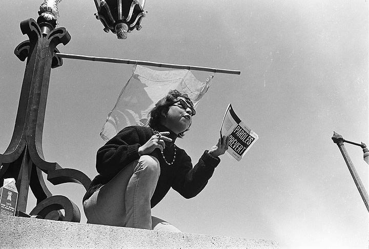 File:Smoking-woman-reading-paroles-preverts-City-Hall 00010016 Chuck-Gould.jpg