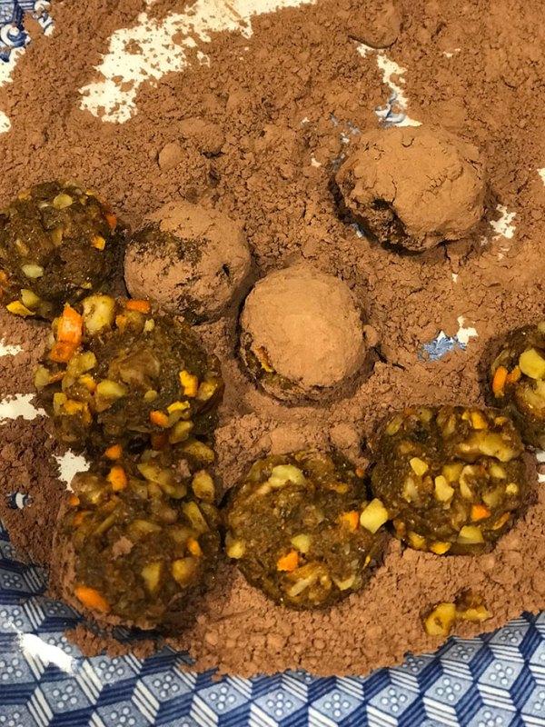 roll the turmeric balls in cocoa powder