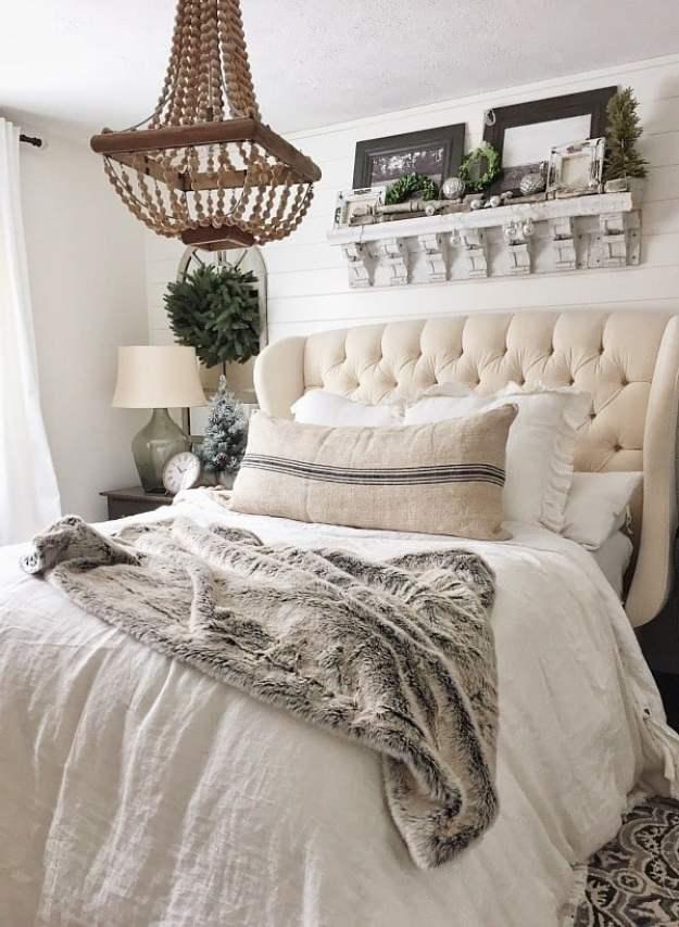 36-cozy-master-bedrooms-furry-throw-green-wreaths