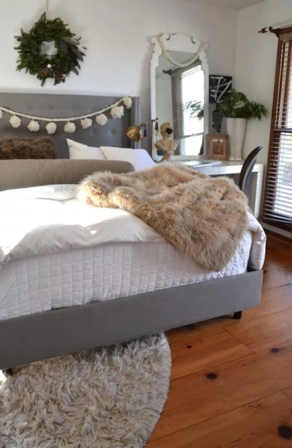 36-cozy-master-bedrooms-snow-ball-garland-bed