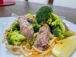 Low Calori Sesame-Garlic Beef Tenderloin with noodles