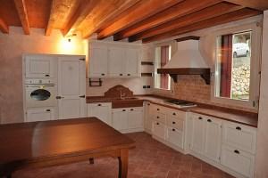 Cucina in legno su misura laccata bianco.