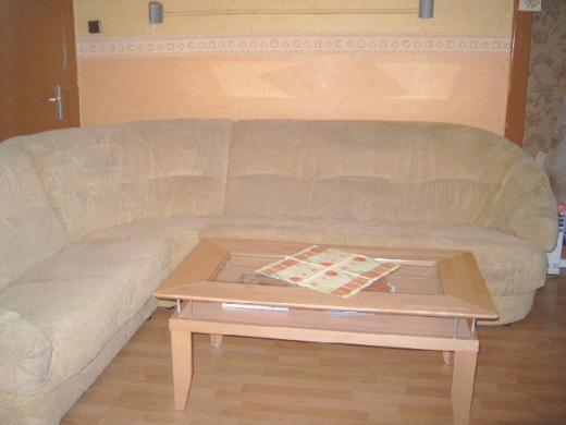 frau pinkelt auf sofa. Black Bedroom Furniture Sets. Home Design Ideas
