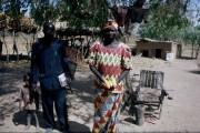 istruttore di scuola agraria mostra il raccolto