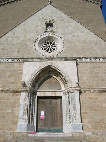 Portale e rosone della facciata (foto N. Musmeci)
