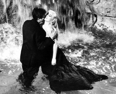 Il bacio tra Marcello Mastroianni e Anita Ekberg sul set de 'La Dolce Vita' in una foto di scena del film di Federico Fellini. ANSA/