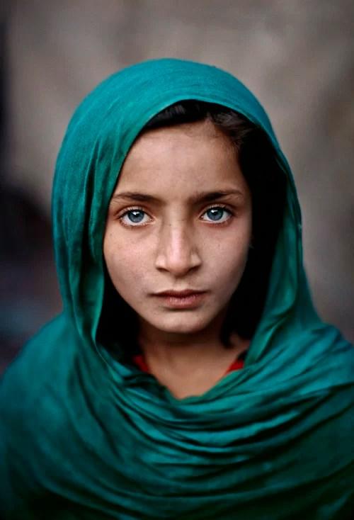 Steve McCurry - Girl with Green Shawl, Peshawar, Pakistan, 2002. Fonte: http://www.artnoise.it/