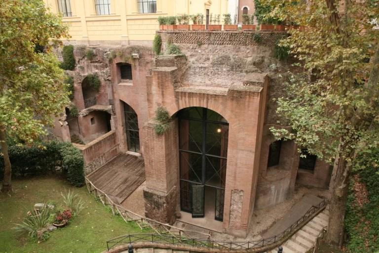 Tour letterario di Roma? Ecco 6 tappe imperdibili
