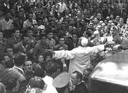 papa a s. Lorenzo dopo i bombardamenti. Verso il 25 luglio 1943