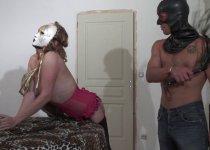Blonde mature se fait dominer par un pervers