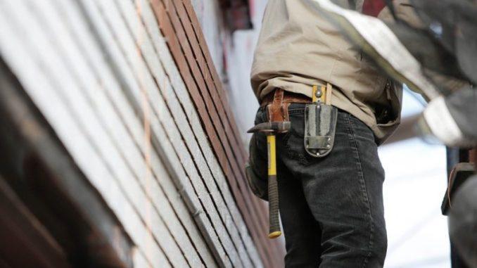 Utiliser une PEMP plate-forme élévatrice mobile de personnes travail en hauteur BTP