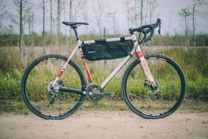 un sac sur un cadre de vélo