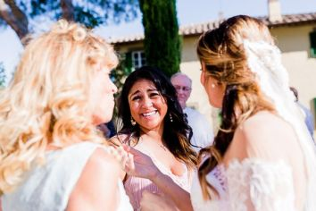 La sposa con gli invitati | Matrimonio a Cortona intimate wedding in Tuscany