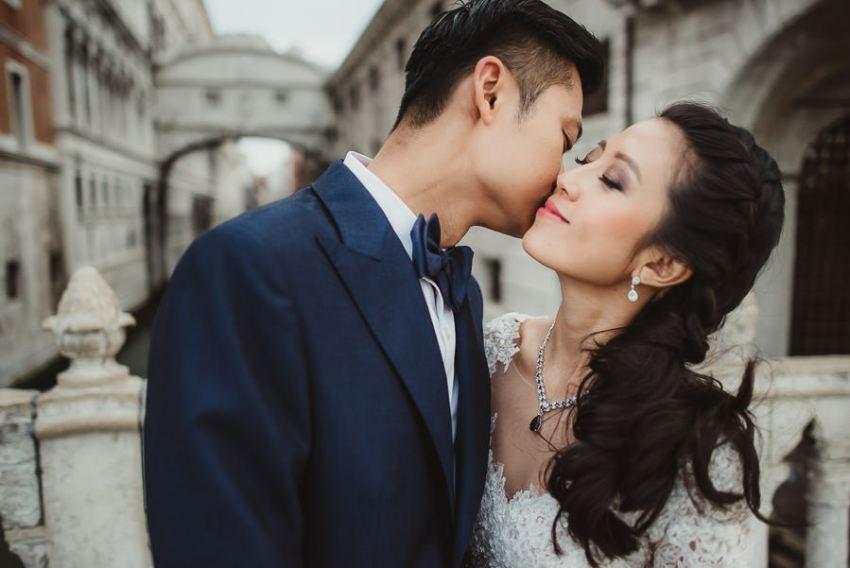 venice wedding photographer / sunrise pre wedding / bride intimate portrait at Ponte dei Sospiri