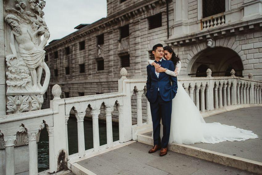 venice wedding photographer / sunrise pre wedding / bride hugs groom