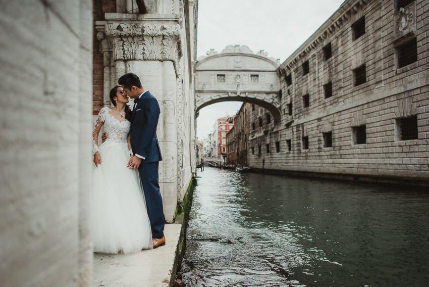 venice wedding photographer / sunrise pre wedding / intimate bride groom portrait with ponte dei sospiri
