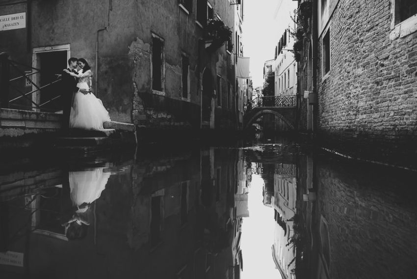 venice wedding photographer / sunrise pre wedding / bride groom portrait on Venice Canal