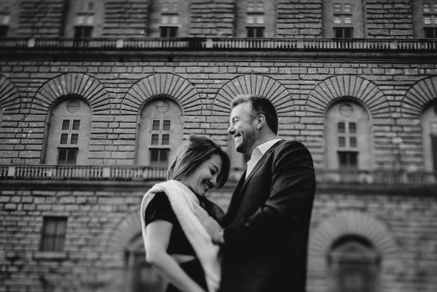 Couple portrait photography florence tuscany italy Piazza Pitti