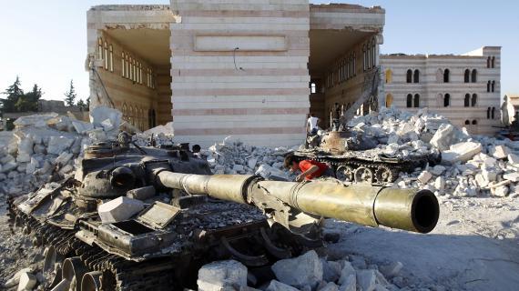 Un char de l'armée syrienne détruit par les rebelles, à Azaz, dans le nord de la Syrie, le 3 août 2012.