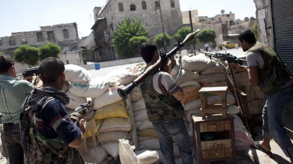 Des rebelles combattent les troupes pro-Al-Assad dans les rues d'Alep (Syrie), le 18 août 2012.
