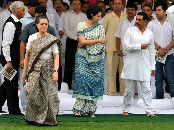 Sonia Gandhi (à gauche) avec sa fille Priyanka Vadra et son beau-fils Robert Vadra lors d'un hommage à l'ancien Premier ministre Rajiv Gandhi à New Delhi (Inde), le 20 août 2012.