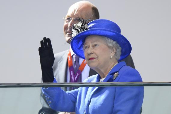 La reine Elizabeth II assiste aux compétitions de natation lors des Jeux olympiques de Londres, le 28 juillet 2012.