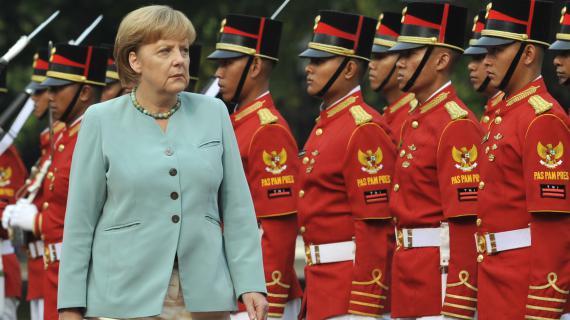 La chancelière allemande Angela Merkel lors d'une cérémonie militaire au palais présidentiel de Jakarta (Indonésie), le 10 juillet 2012.