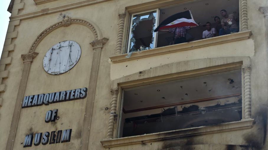 Le siège des Frères Musulmans, incendié et pris d'assaut par des manifestants, le 1er juillet 2013, au Caire (Egypte).